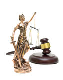 Estatua de la justicia y mazo en el fondo blanco Fotografía de archivo libre de regalías