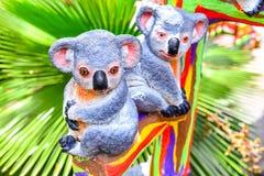 Estatua de la koala en una rama Foto de archivo libre de regalías
