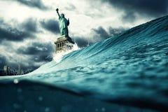 Estatua de la libertad bajo ejemplo del ataque Calentamiento del planeta, democracia y concepto de la crisis fotografía de archivo