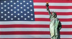 Estatua de la libertad con el indicador americano Imagen de archivo libre de regalías