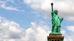Estatua de la libertad con las nubes almacen de metraje de vídeo