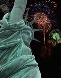 Estatua de la libertad con los fuegos artificiales Imagenes de archivo