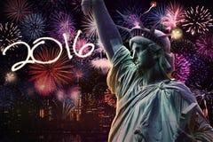 Estatua de la libertad con los fuegos artificiales y los números 2016 Foto de archivo