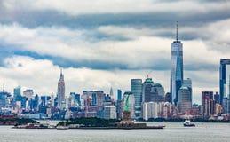 Estatua de la libertad con Manhattan en fondo Fotos de archivo libres de regalías