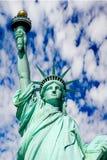 Estatua de la libertad contra el cielo azul Imagenes de archivo