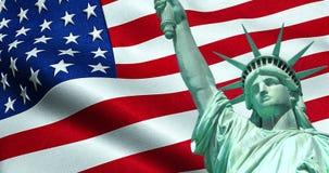 Estatua de la libertad de los E.E.U.U. americanos con la bandera que agita en fondo almacen de metraje de vídeo