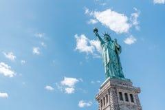 Estatua de la libertad el día soleado, fondo claro de cielo azul Símbolo de la nación de Estados Unidos, concepto del destino del imagen de archivo