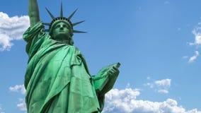 Estatua de la libertad en el cielo almacen de metraje de vídeo
