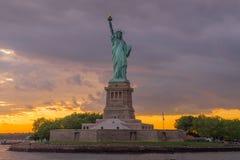 Estatua de la libertad en el puerto de Nueva York imagen de archivo libre de regalías