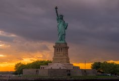Estatua de la libertad en el puerto de Nueva York fotografía de archivo libre de regalías