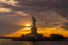 Estatua de la libertad en el puerto de Nueva York imagen de archivo