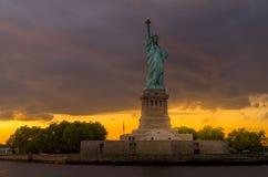 Estatua de la libertad en el puerto de Nueva York fotos de archivo