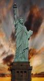 Estatua de la libertad en la puesta del sol Fotos de archivo libres de regalías