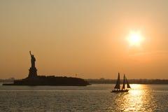Estatua de la libertad en la puesta del sol Fotografía de archivo libre de regalías