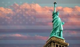 Estatua de la libertad en la puesta del sol Imagen de archivo