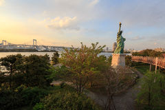 Estatua de la libertad en Odaiba, Tokio en la puesta del sol Foto de archivo libre de regalías