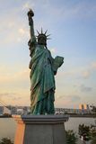 Estatua de la libertad en Odaiba, Tokio en la puesta del sol Imagen de archivo libre de regalías