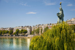 Estatua de la libertad en París Fotos de archivo libres de regalías