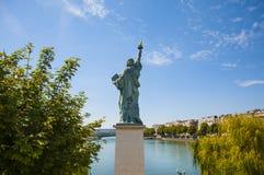 Estatua de la libertad en París Foto de archivo libre de regalías