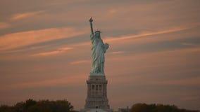 Estatua de la libertad en puesta del sol almacen de metraje de vídeo