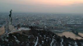 Estatua de la libertad en la salida del sol, en Budapest, Hungría almacen de metraje de vídeo