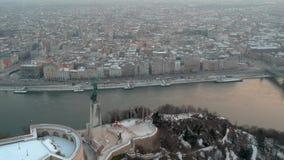 Estatua de la libertad en la salida del sol, en Budapest, Hungría almacen de video