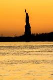 Estatua de la libertad - opinión de la oscuridad Imagen de archivo libre de regalías