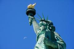 Estatua de la libertad y de la luna fotos de archivo libres de regalías
