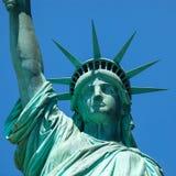 Estatua de la libertad y de la puesta del sol de New York City Foto de archivo