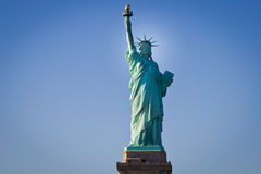 Estatua de la libertad y de la puesta del sol de New York City Imagen de archivo libre de regalías