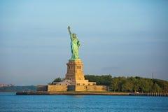 Estatua de la libertad y de la puesta del sol de New York City Fotos de archivo libres de regalías