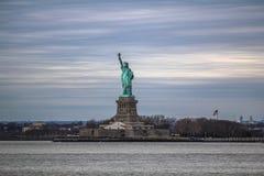 Estatua de la libertad y de la puesta del sol de New York City Fotografía de archivo libre de regalías