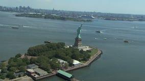 Estatua de la libertad y de la puesta del sol de New York City almacen de video