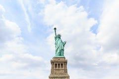 Estatua de la libertad y de la puesta del sol de New York City Nueva York, los E Imagen de archivo libre de regalías