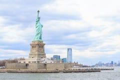 Estatua de la libertad y de la puesta del sol de New York City Nueva York, los E Foto de archivo