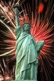 Estatua de la libertad y de los fuegos artificiales Imagenes de archivo