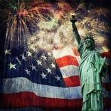 Estatua de la libertad y de los fuegos artificiales Fotos de archivo