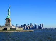 Estatua de la libertad y de Manhattan más inferior Imagen de archivo
