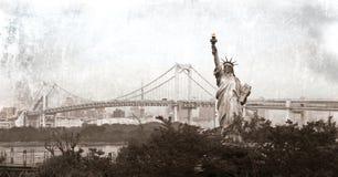 Estatua de la libertad y de un puente del arco iris Imagen de archivo
