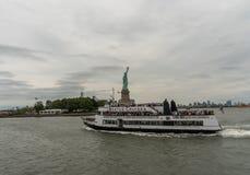 Estatua de la libertad y de un transbordador Imagen de archivo