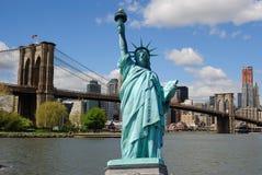 Estatua de la libertad y del horizonte de New York City Imagen de archivo libre de regalías