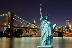 Estatua de la libertad y del horizonte de New York City foto de archivo libre de regalías