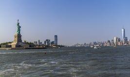 Estatua de la libertad y del horizonte del río Imágenes de archivo libres de regalías