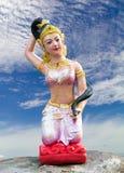 Estatua de la madre tierra, nubes, cielo Imagenes de archivo