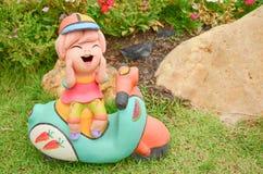 Estatua de la muñeca de la arcilla para la decoración usada en jardín u hogar Imagenes de archivo