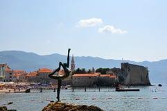 Estatua de la muchacha de baile. Budva, Montenegro imagen de archivo