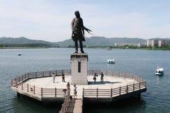 Estatua de la muchacha del río de Soyang y cielo azul en Corea Fotografía de archivo