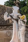 Estatua de la mujer con la cruz en el cementerio de Montjuic, Barcelona, España imagenes de archivo