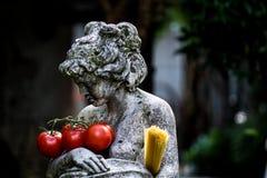 Estatua de la mujer con el tomate y espaguetis Fotografía de archivo
