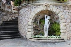 Estatua de la mujer con la escalera Imagenes de archivo